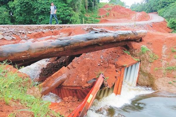 En el sector de Boca Tapada de San Carlos, se cayó uno de los puentes que se habían construido con troncos de madera en la trocha fronteriza. | ARCHIVO.