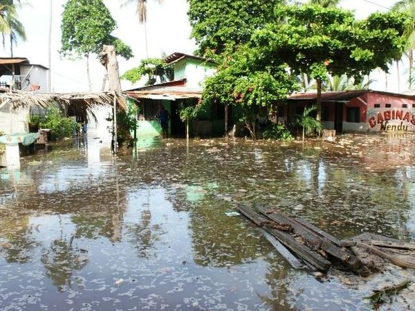 El agua de mar ingresó a estas casas en Caldera. | ANDRÉS GARITA