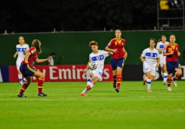 La italiana Manuela Giugliano (10) controla el balón ante la mirada atenta de Patri Guijarro (9).