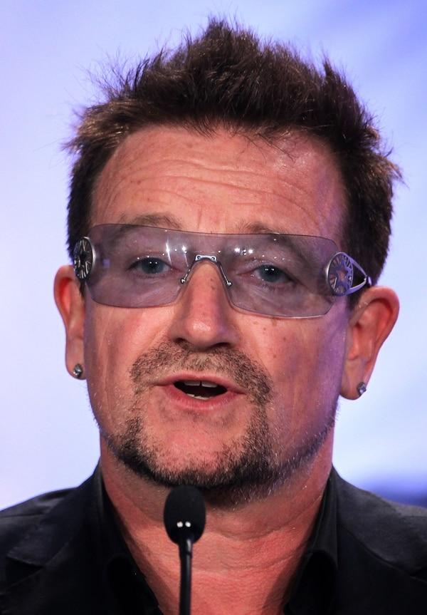 Bono, cantante de la banda irlandesa U2, con sus gafas. El músico confesó padecer de glaucoma en un programa de variedad inglés