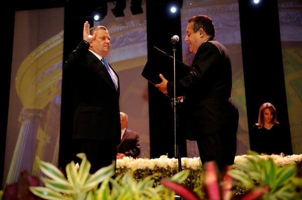 El presidente del Concejo, Luis Murillo, juramentó ayer a Johnny Araya como alcalde del cantón Central de San José. Murillo es de la alianza política que llevó a Araya, de nuevo, a la Alcaldía. | RAFAEL MURILLO