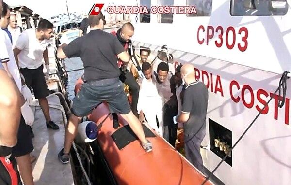 Naufragio frente a isla italiana de Lampedusa deja decenas de inmigrantes muertos.