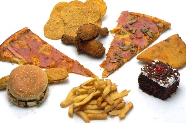 La llamada 'comida chatarra' incluye alimentos como pizza , papas fritas, hamburguesas, pollo frito, empanadas y queques. Su ingesta continua se asocia con males crónicos como diabetes y obesidad. | ARCHIVO