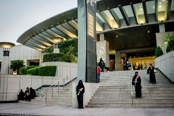 En las afueras de un mall en Riad, estas jóvenes aprovechan sus teléfonos inteligentes para escapar de las rígidas normas sociales conservadoras. | TOMAS MUNITA/THE NEW YORK TIMES
