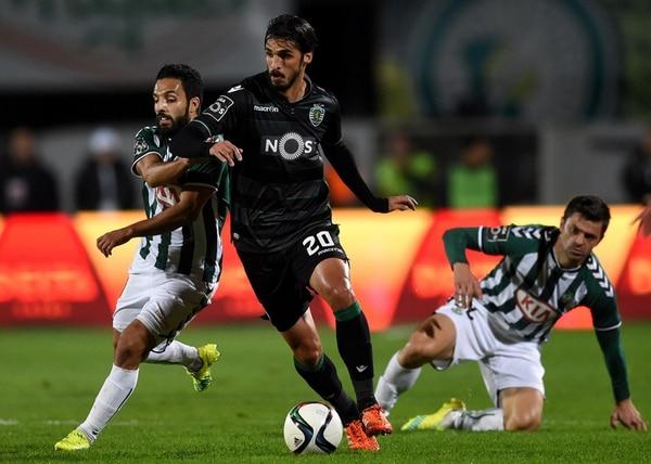 Bryan Ruiz supera la marca de Paulo Tavares, jugador del Vitoria Setubal, en un encuentro disputado en enero del presente año. | AFP