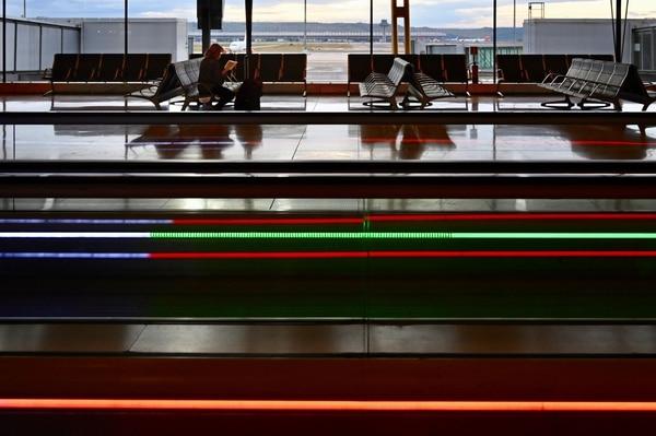 Un pasajero espera volar en la terminal 4 del aeropuerto Adolfo Suárez Madrid-Barajas. (Foto: GABRIEL BOUYS / AFP)