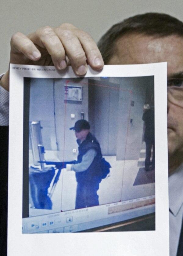 El director de la Policía Judicial, Christian Flaesch, muestra una imagen capturada de una cámara de seguridad del hombre responsable de los ataques perpetrados en la sede de la cadena BFM TV, del diario Libération y del banco Société Générale, en París, Francia.