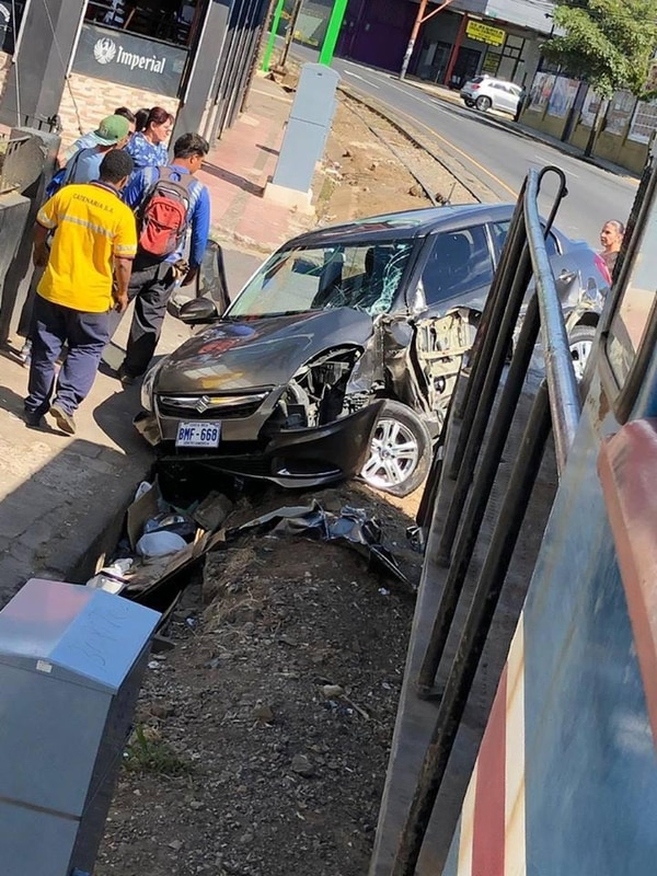 Un carro colisionó contra la locomotora del tren, esta tarde en Barrio La California. Fotografía cortesía de Incofer
