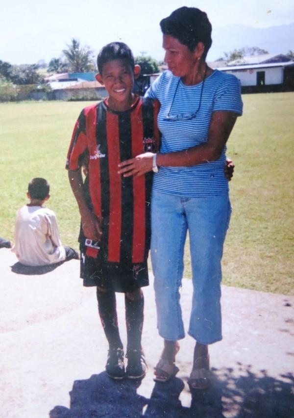 Guillermo Ortiz comparte con su madre doña Juanita, cuando daba sus primeros pasos con Alajuelense.