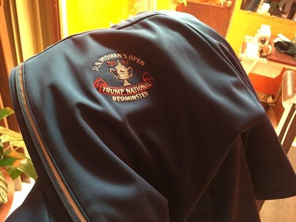 Gorra y chaqueta que usaban los últimos años los empleados del Club Nacional de Golf de Donald Trump, en Bedminster, Nueva Jersey. Estas pertenecen a Víctor Hugo Camacho y sus hijos, quiénes laboraron para la compañía del presidente en los últimos años. Foto: Aarón Sequeira.