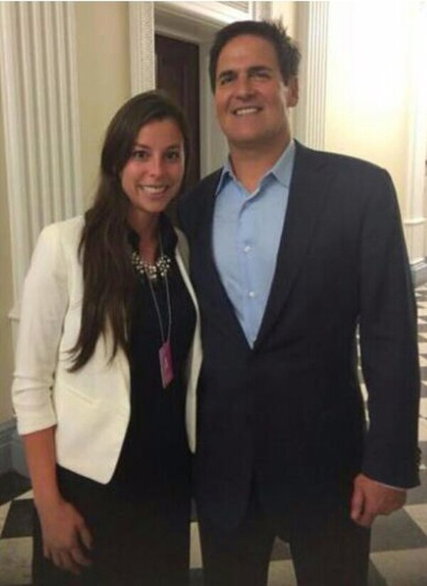 Gabriela Umañana y el inversionista Mark Cuban. | SOCIAL HELP.