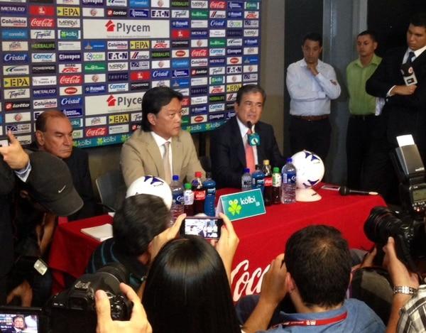 Jorge Luis Pinto dijo que no hubo acuerdo para seguir al frente de la la Selección Nacional. Lo acompañan Eduardo Li (centro), presidente de la Fedefúbol, y Adrián Gutiérrez, presidente de la Comisión de Selecciones Nacionales.