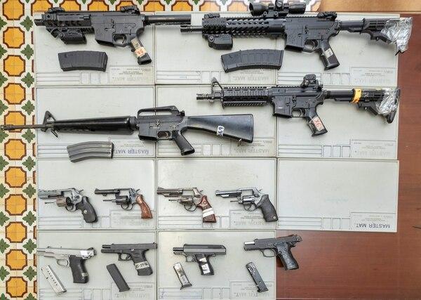 Las armas automáticas, o sea, que disparan en ráfaga y las de alto calibre, así como artefactos que disparen proyectiles y los explosivos están prohibidos en el país. Su tenencia será castigada con más dureza, si se aprueba una reforma a la Ley de Armas. Foto: José Cordero.