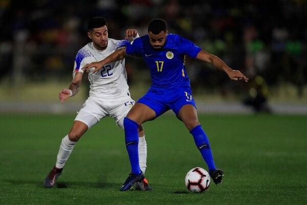 Rónald Matarrita disputa la pelota con Branley Kuwas de Curazao. Fotografía: AFP.