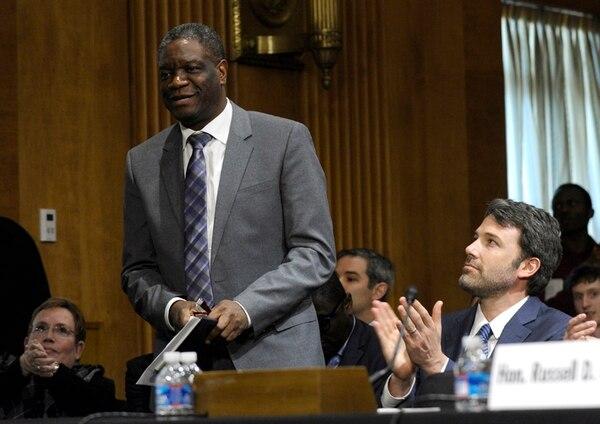 El actor Ben Affleck (der.) rindió tributo el 26 de febrero anterior al Dr. Denis Mukwege durante un homenaje en el Capitolio, en Washington. | AP