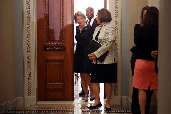 Los senadores republicanos Shelley Moore Capito (traje negro), Tim Scott y Deb Fischer salían de la oficina de su compañero John Cornyn al final de la reunión semanal -el martes 18 de julio del 2017- de la bancada mayoritaria en la Cámara Alta.