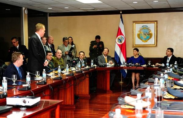 La presidenta Laura Chinchilla y funcionarios del Ministerio de Seguridad (MSP) se reunieron anoche con los jefes policiales del continente durante varios minutos en un salón de la Casa Presidencial. | JOHN DURÁN