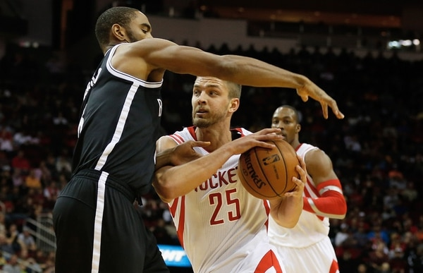 Alan Anderson # 6 intenta bloquear a Chandler Parsons # 25