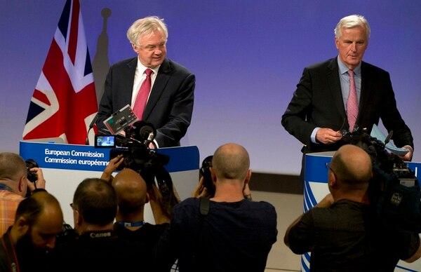 El jefe de la UE para la negociación del 'brexit', Michel Barnier (derecha), y el secretario británico encargado del asunto, David Davis, se aprestaban este lunes a ofrecer una rueda de prensa en Bruselas.