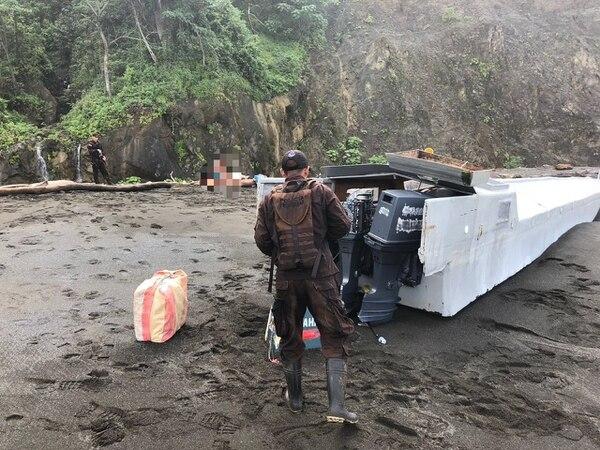 La embarcación descubierta contaba con dos motores que tenía los números de serie limados. Foto: OIJ