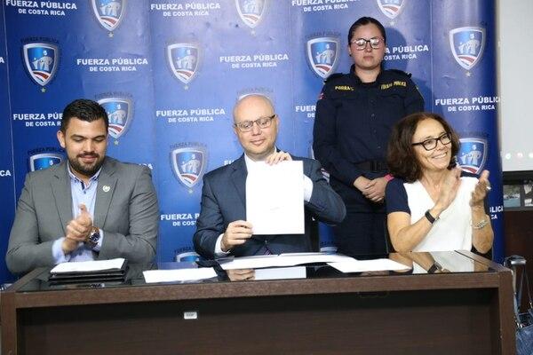 Soto firmó el acuerdo este lunes en compañía del viceministro, Eduardo Solano, y la ministra de la Condición de la Mujer, Patricia Mora. Foto: MSP para LN