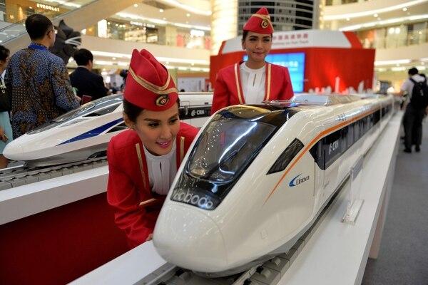 Las nuevas ruta de la seda es el gigantesco programa de infraestructuras cuyo objetivo es consolidar las relaciones de China en tres continentes --Asia, Europa, África--. / AFP PHOTO / Bay ISMOYO