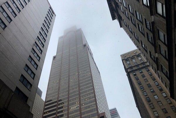 La niebla y el humo cubren la parte superior de un edificio contra el cual se estrelló un helicóptero, este lunes 10 de junio del 2019, en Nueva York. Foto: AP
