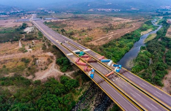 Vista aérea de los contenedores que bloquean el puente Tienditas que une Tachira, Venezuela y Cucuta, Colombia, visto desde Cucuta, Colombia, el 20 de marzo de 2019. Foto: AFP