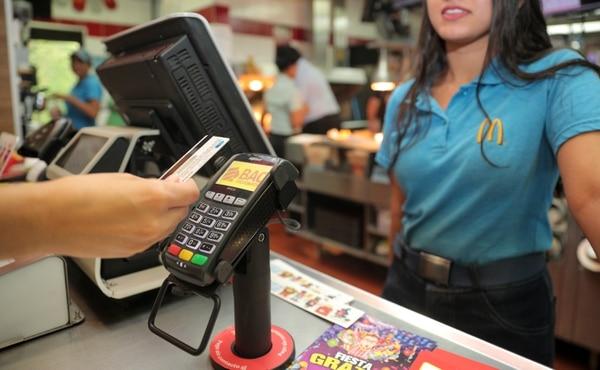 En el 100% de los puntos de venta de McDonald's, los clientes no deben entregar su tarjeta a los cajeros. Fotografía de Jeffrey Zamora