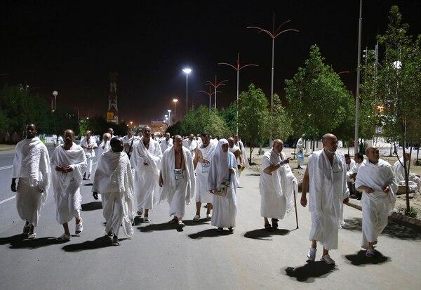 Peregrinos musulmanes caminaron este sábado hacia el Monte Arafat durante el comienzo de la peregrinación anual, llamada hach, cerca de la ciudad santa saudí de La Meca.