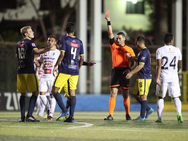 Keylor Herrera expulsó a Lautaro Ayala (16) en el juego entre Guadalupe FC y el Cartaginés. FOTO: John Durán.