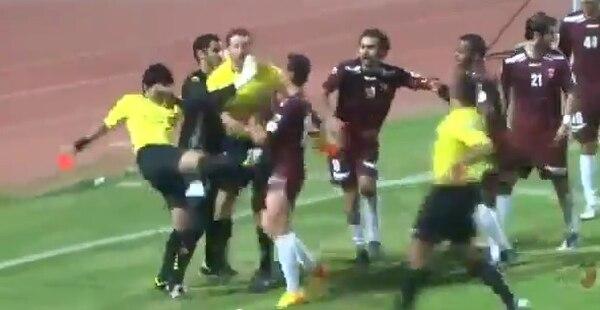 Árbitro pateó a un jugador en el fútbol de Kuwait.