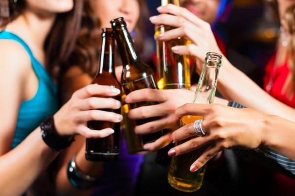 El abuso en el consumo de licor puede llevar a las personas a elegir más comida chatarra. Foto: Shutterstock