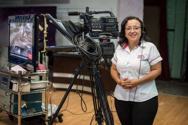 La periodista Lucía Pineda, de 45 años, tiene una larga carrera en la televisión de Nicaragua y cuenta con fuertes vínculos con Costa Rica, donde es conocida por realizar transmisiones sobre Nicaragua para Telenoticias. Foto: Tomada del Facebook de Lucía Pineda.