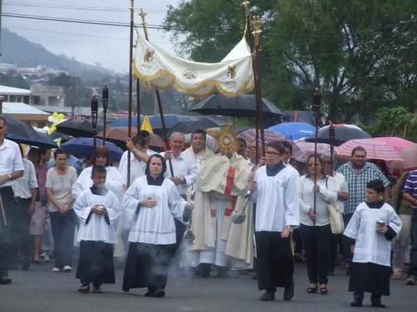 En las cercanías de la basílica de Los Ángeles hubo gran devoción al paso de la procesión del Corpus Christi.