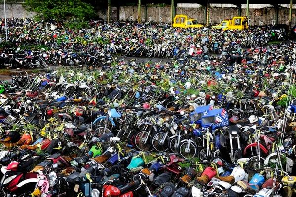 El depósito de motos de la Policía de Tránsito en Pavas, San José, evidencia la cantidad de esos vehículos que la Policía decomisa por diversos incumplimientos en nuestras carreteras.