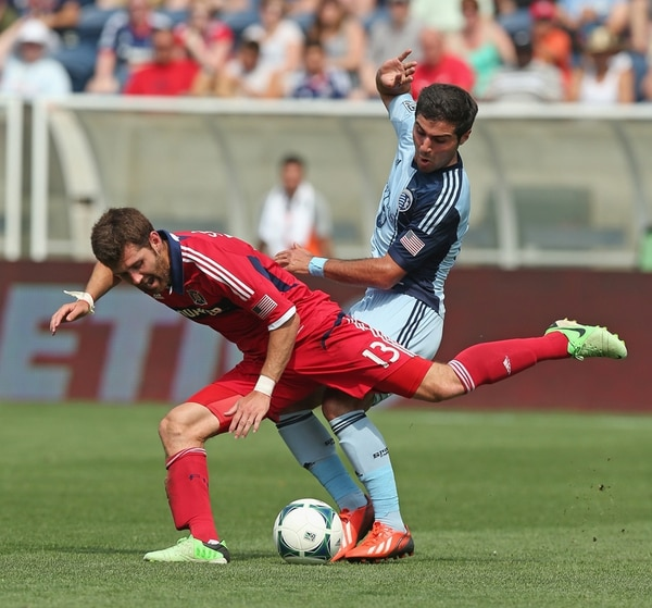 Gonzalo Segares recibe falta de Soony Saad, del Sporting Kansas City. El Chicago Fire, club del tico, cayó ayer 1-2 en casa, por la MLS (EE. UU.). | AFP
