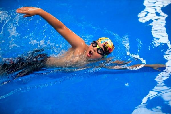 Sebastián Rivera entrena natación en Curridabat.
