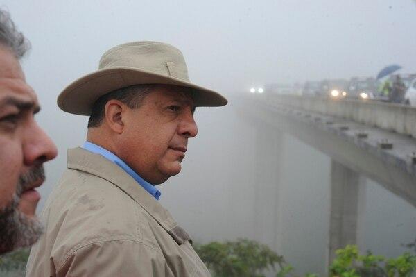El presidente Luis Guillermo Solís frente al puente sobre el río Barranca, uno de los que ya se construyeron para permitir el paso entre los 30 kilómetros de carretera que comunicarán Sifón de San Ramón con La Abundancia de San Carlos. A la izquierda, el ministro de Transportes, Carlos Segnini.