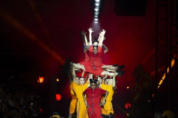La dinámica pasarela contó con elaboradísimas y enérgicas coreografías por parte de jóvenes y niños. Foto: Indexmoda.