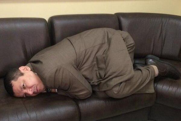 Oscar López enfermo con dolor de cuerpo en la Asamblea Legislativa. Foto: Cortesía de Oscar López