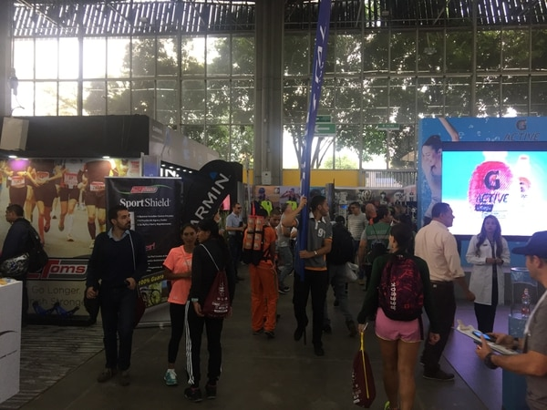 La expo de la Maratón de Medellín se realiza este viernes y sábado, con 90 stands de diferentes productos y servicios. Foto: Fiorella Masís