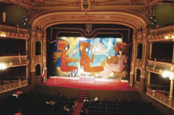 Fernández pintó el telón de boca del Teatro Nacional con sus mujeres. Foto: Carlos León.