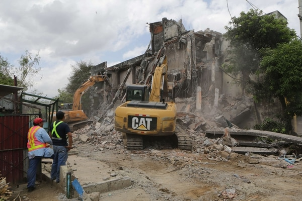 Trabajadores municipales levantaron escombros el 11 de abril, en una de las zonas que fue afectada por los sismos de la semana pasada.   AFP.