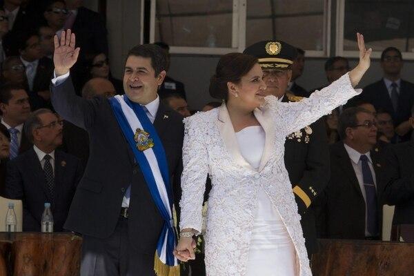El nuevo presidente de Honduras, Juan Orlando Hernández, y su esposa, Ana García, saludan en el Estadio Nacional de Tegucigalpa.