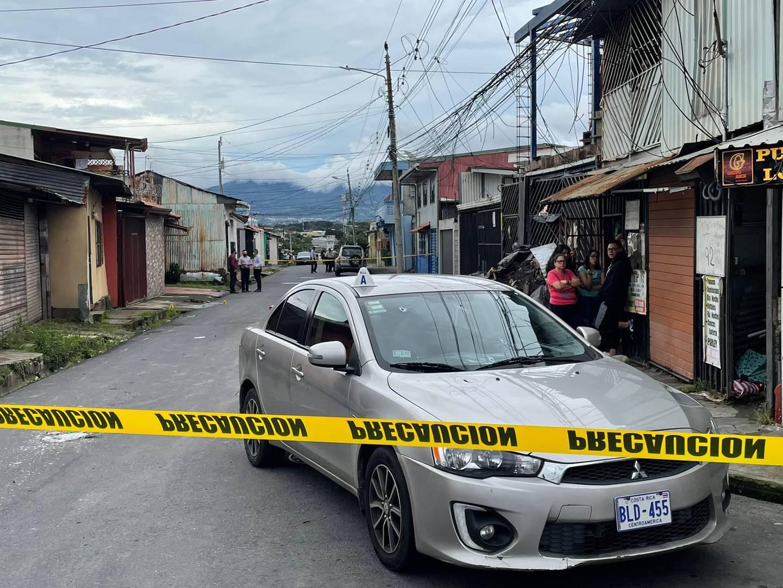 En el parabrisas de este vehiculo quedaron  las marcas del mortal tiroteo registrado este viernes en Cinco Esquinas. Foto: Alonso Tenorio.