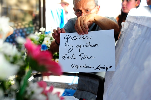 """Las frases de Pilo, como """"zapatazo"""", serán recordadas con cariño, como lo muestra el mensaje que dejaron sobre su ataúd. Fotografía: John Durán."""