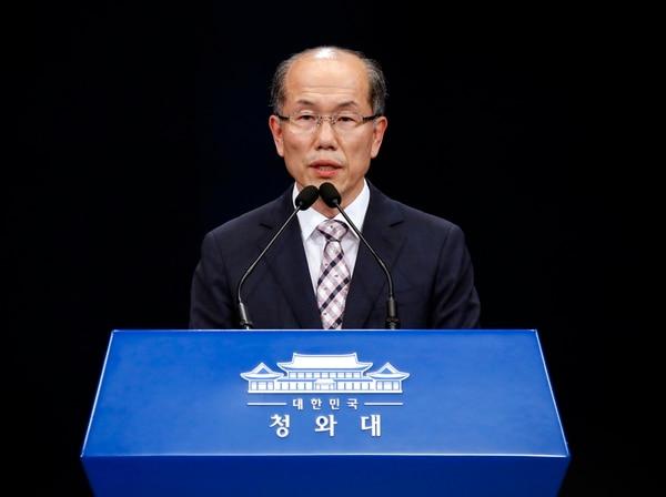 El subdirector de la Oficina de Seguridad Nacional presidencial de Corea del Sur, habla sobre la decisión de Seúl tras una reunión semanal del comité permanente del Consejo de Seguridad Nacional en la Casa Azul presidencial en Seúl el 22 de agosto del 2019. Foto: AFP