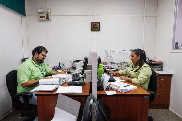 Dentro de las políticas públicas sometidas a examen para entrar a la OCDE, están las del sector agropecuario. Expertos de la organización hacen un análisis y recomendarán cambios. Cristopher Rivera e Iliana Ramírez trabajan en Recursos Humanos del MAG.   JORGE ARCE/ARCHIVO