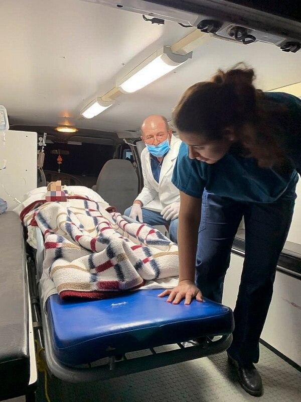 Personal de la Secretaría de Salud de Sonora y de la Fuerza Aérea Mexicana preparaban el traslado de uno de los heridos de la familia LeBaron, atacados el lunes 4 de noviembre del 2019 en el norte de México.